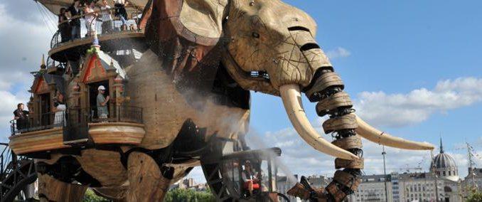 L'éléphant géant des machines de l'île