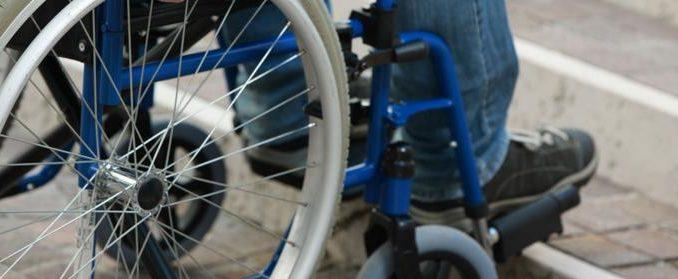 Un ERP non accessible à une personne à mobilité réduite